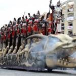Espectacular carroza que representa el esqueleto de un dragón