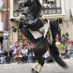 Espectacular caballo batidor que camina sobre sus patas traseras