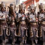 Espectacular traje cristiano en el que destaca el metal
